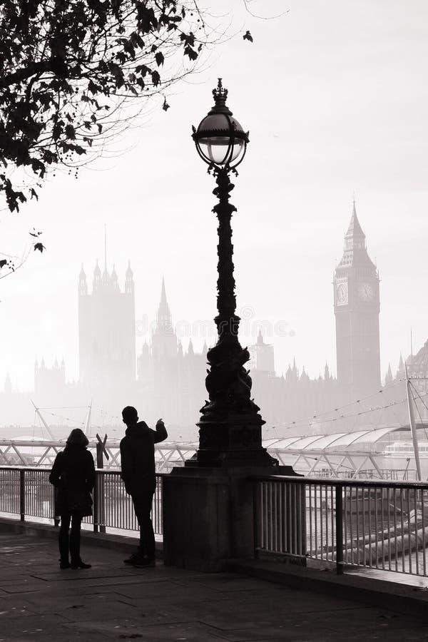 Le brouillard lourd frappe Londres image stock