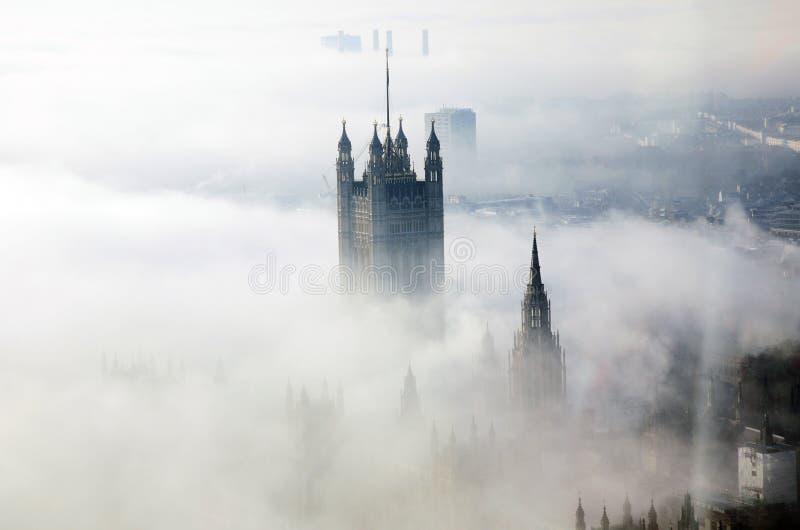 Le brouillard lourd frappe Londres images stock