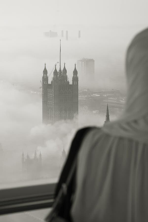 Le brouillard lourd frappe Londres photo stock