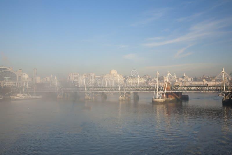 Le brouillard lourd frappe Londres photos stock