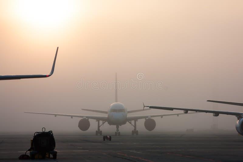 Le brouillard sur l'aéroport photo libre de droits
