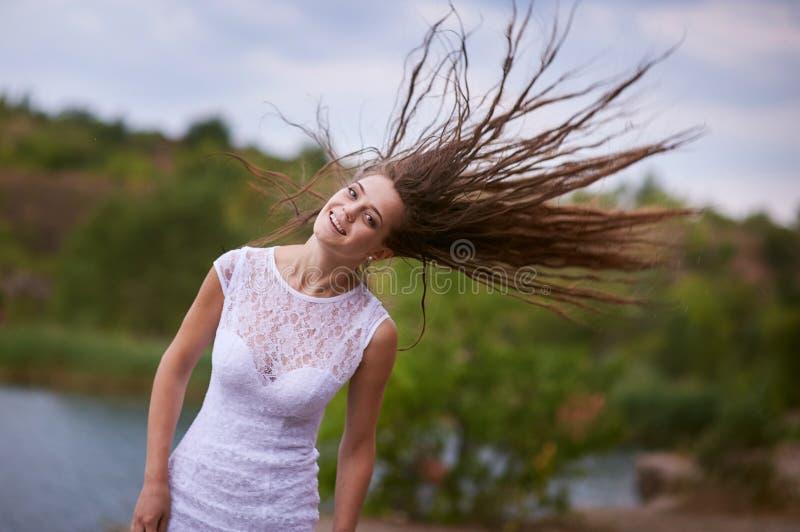Le bruden med långt hår royaltyfria foton