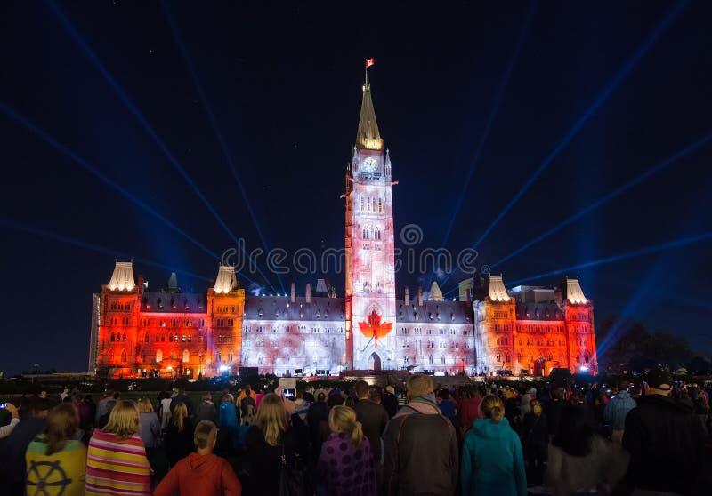 Le bruit et la lumière montrent sur la colline du parlement dans Ottawa images libres de droits