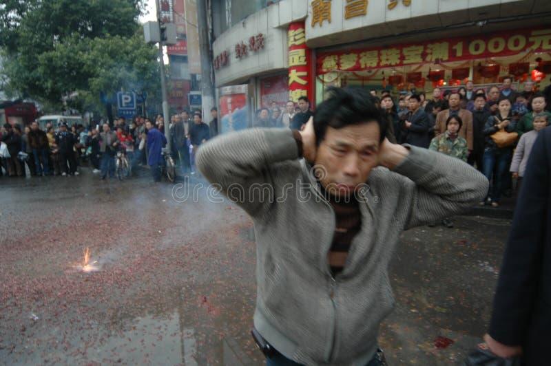 Le bruit fort du festival de printemps de pétards-Le à Nan-Tchang photos libres de droits