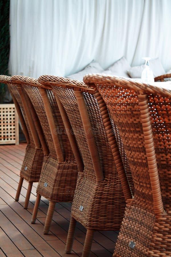 Le brun quatre woden des fauteuils de rotin image libre de droits