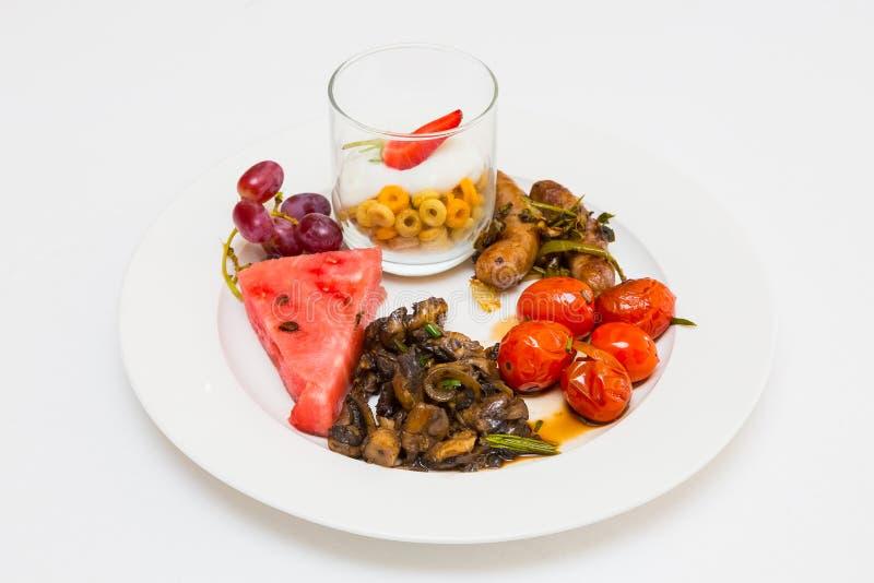 Le brunch de petit déjeuner a mélangé le plat à l'événement de pique-nique de festival de printemps photo libre de droits