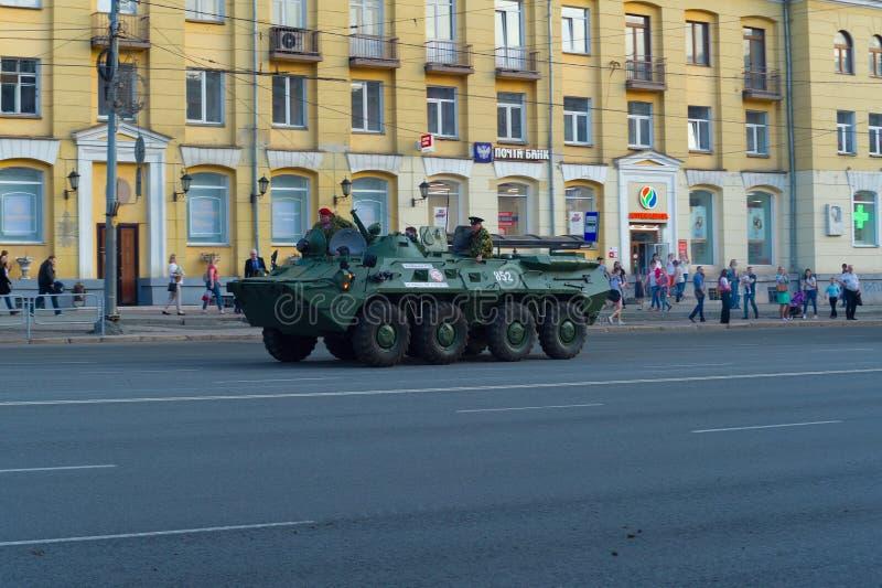 Le BTR-80 avec des parachutistes dans la perspective des citoyens de flânerie images stock