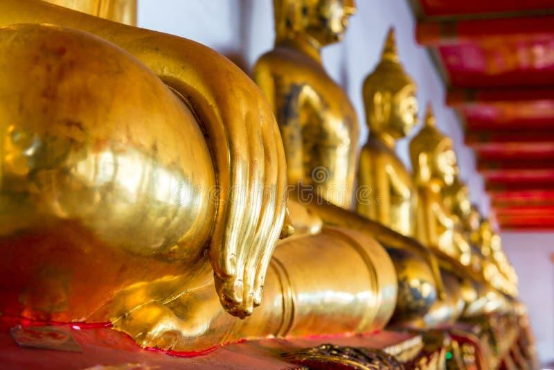 Le Buddhas d'or se reposant dans le temple photographie stock libre de droits