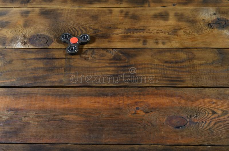 Le bugie di legno fatte a mano rare di un filatore di irrequietezza su un fondo di legno marrone sorgono Alleviamento di sforzo d immagine stock libera da diritti