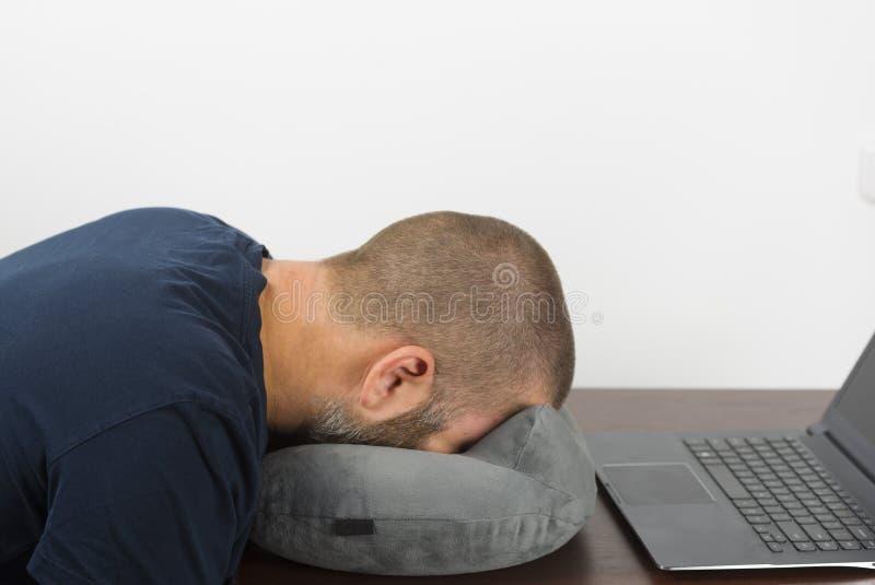 Le bugie stanche dell'impiegato di ufficio affrontano giù sul cuscino Concetto della morte da lavoro eccessivo fotografia stock libera da diritti