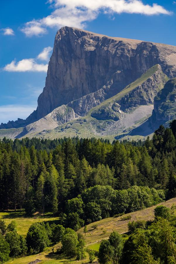 Le Bure Peak Pic de Bure en été Hautes-Alpes, massif de Devoluy, France image stock