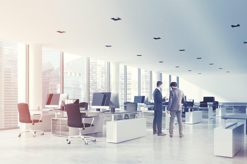 Le bureau blanc de l'espace ouvert de plafond, dégrossissent modifié la tonalité illustration libre de droits