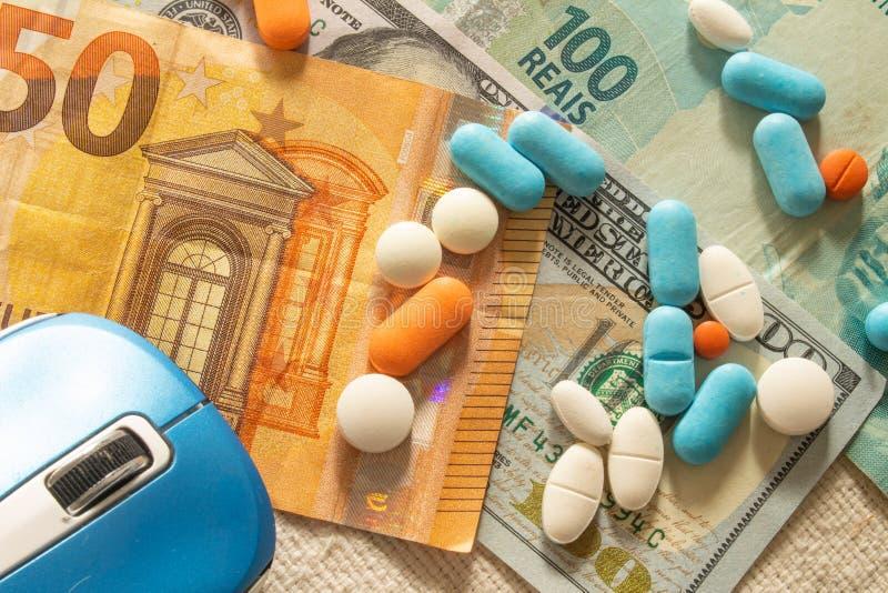 Le bureau du docteur avec l'argent et les médecines Concept de coût de santé photographie stock