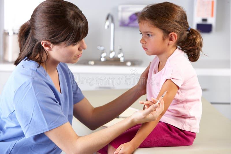 Le Bureau Du Docteur De Docteur Giving Child Injection In Images stock