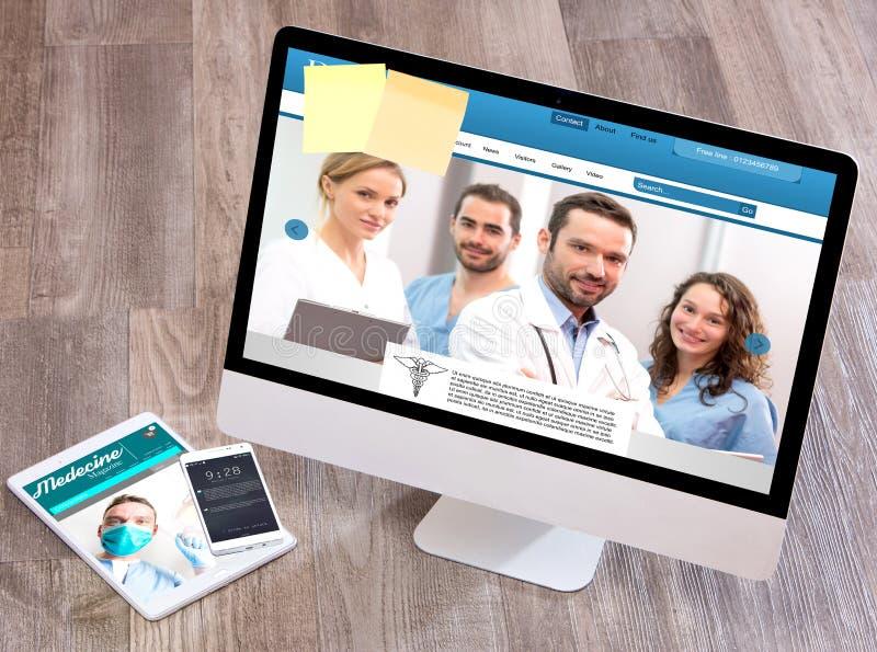 Le bureau du docteur en bois dans la définition élevée avec l'ordinateur portable, le comprimé et le MOIS images stock