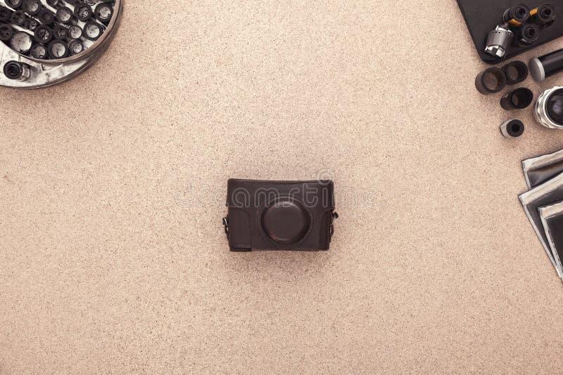 Le bureau du photographe Appareil-photo, négatifs et rouleaux de vintage de film Configuration plate avec l'espace de copie photo libre de droits