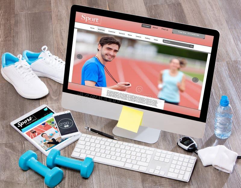 Le bureau du sportif du bois dans la définition élevée avec l'ordinateur portable, comprimé et photo stock