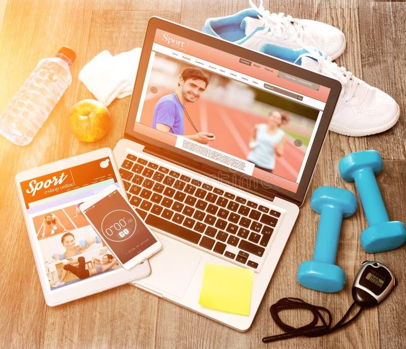 Le bureau du sportif du bois dans la définition élevée avec l'ordinateur portable, comprimé et image libre de droits