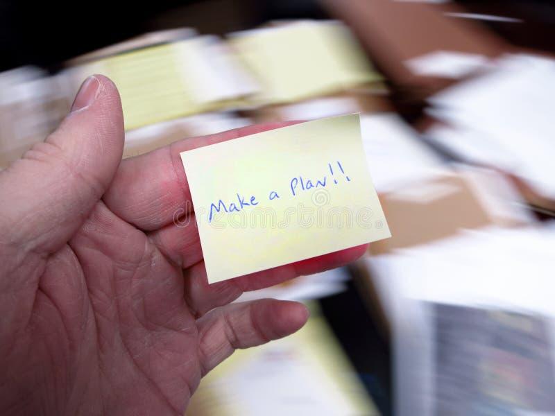 Le bureau malpropre avec font une note de plan photo stock