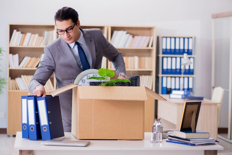 Le bureau mobile d'homme avec la boîte et ses affaires images stock