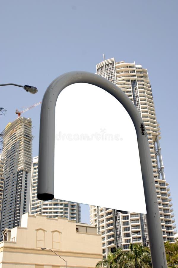 Le bus blanc signent dedans la ville images libres de droits