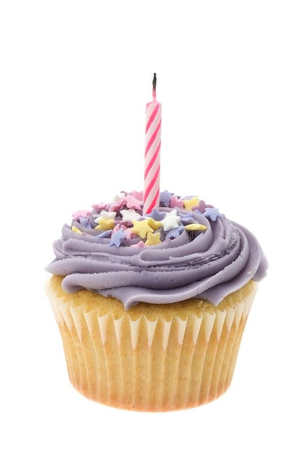 Le buttercream pourpre a glacé le petit gâteau avec une seule bougie d'anniversaire image stock
