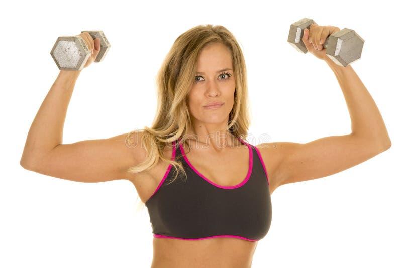 Le câble blond de femme pèse le regard de soutien-gorge de sports de gris images libres de droits