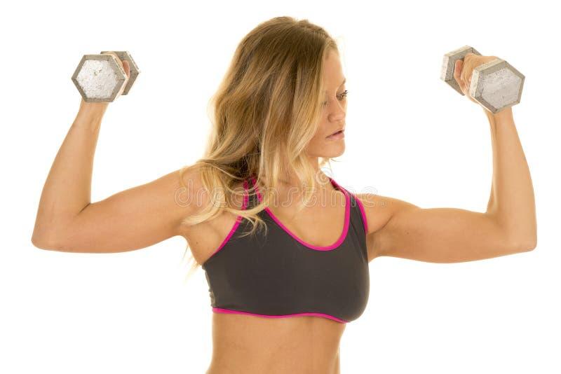 Le câble blond de femme pèse le soutien-gorge de sports de gris photo libre de droits