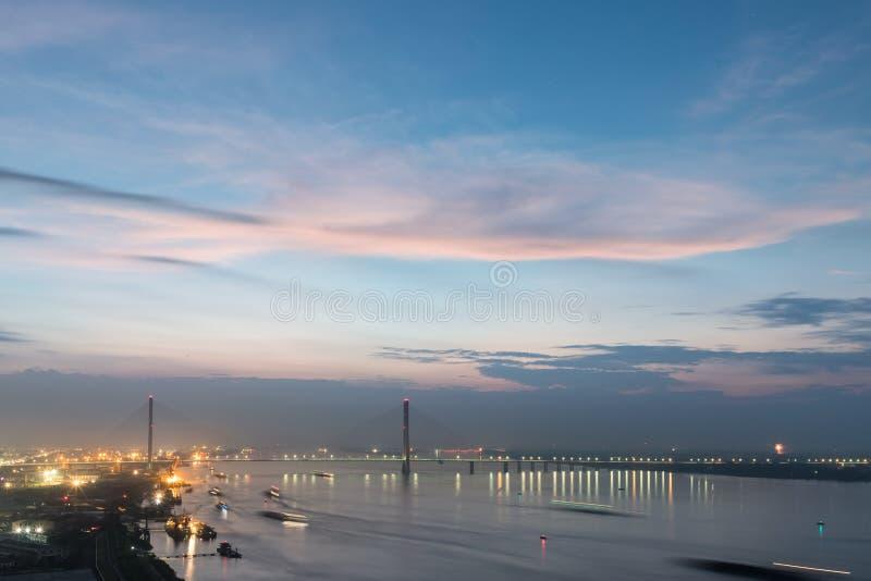 Le câble de Jiujiang est resté le pont dans la tombée de la nuit photos stock