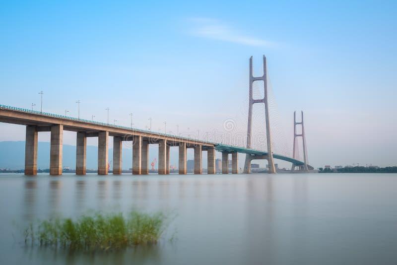 Le câble de Jiujiang le fleuve Yangtze est resté le pont image libre de droits