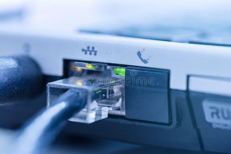 Le câble de réseau de LAN s'est relié à la fin de carnet du port RJ-45  photo libre de droits