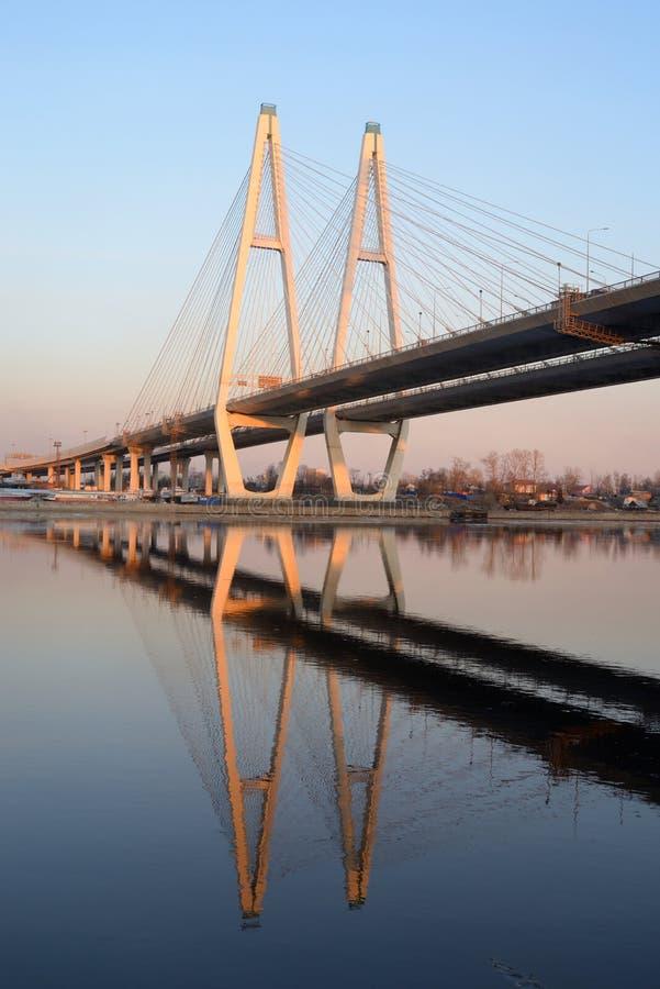 Le câble est resté le pont et la rivière de Neva photos libres de droits