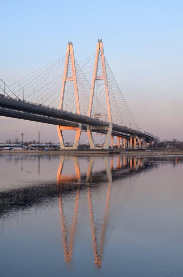 Le câble est resté le pont et la rivière de Neva photographie stock libre de droits