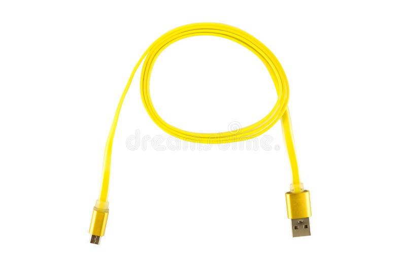 Le câble jaune de micro-USB a tordu dans un anneau, sur un fond d'isolement par blanc Cadre horizontal image libre de droits