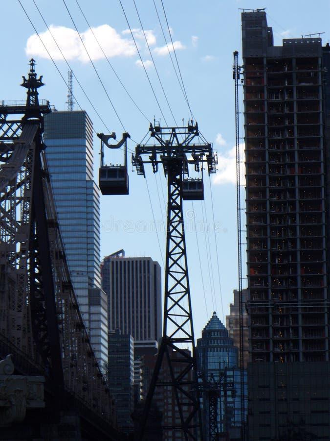 Le câble reliant Manhattan à Roosevelt Island photos libres de droits