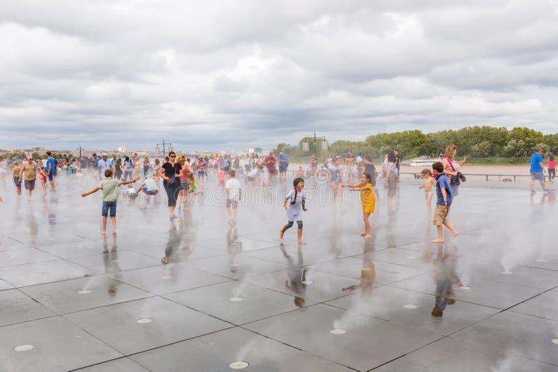 Le célèbre miroir d'eau de Bordeaux plein de monde photos libres de droits