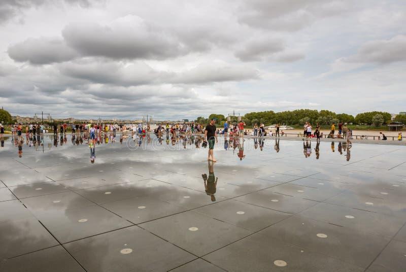 Le célèbre miroir d'eau de Bordeaux plein de monde photos stock