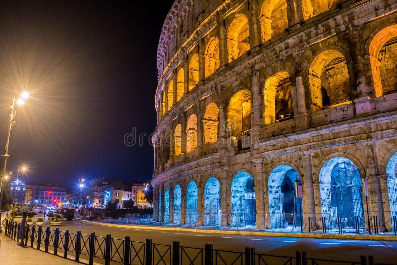 Le côté de grand Roman Colosseum avec le Polonais léger à Rome Italie images stock
