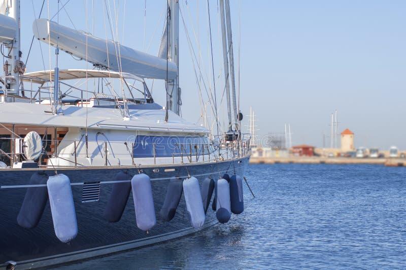 Le côté de luxe de bateau s'est accouplé sur le port marin de port avec le ciel propre images libres de droits