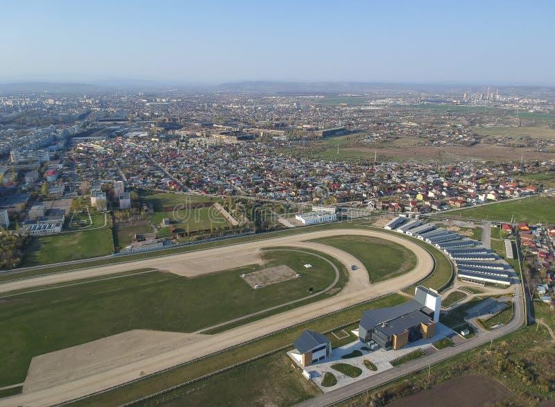 Le côté sud de la ville de Ploiesti, Roumanie près de la voie de cheval, vue aérienne images libres de droits