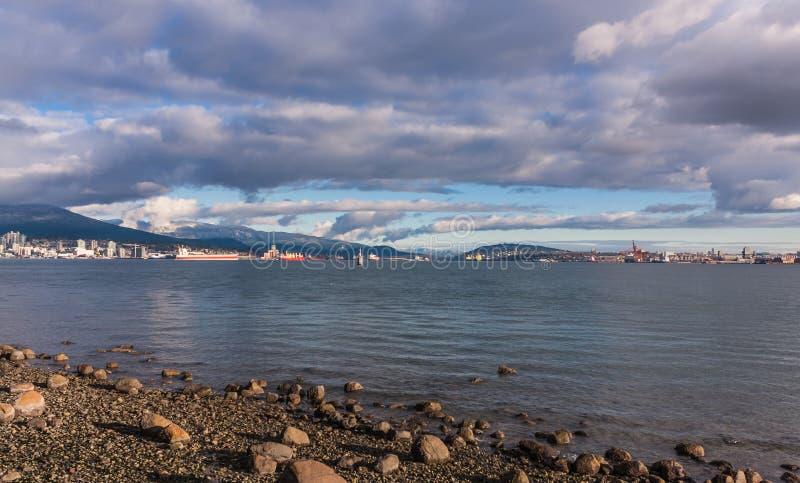 Le côté brillant de plage bascule sous une couche de nuages images stock