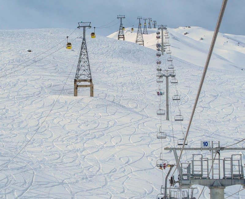 Le cabine della gondola, Ski Lift e lo sci della montagna pende durante il wint immagine stock