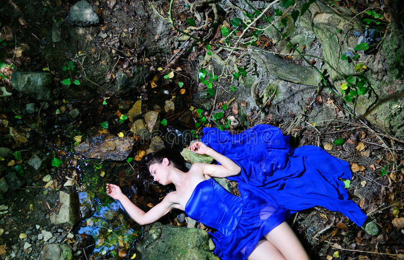 Le cadavre d'une jeune fille et d'une eau images libres de droits