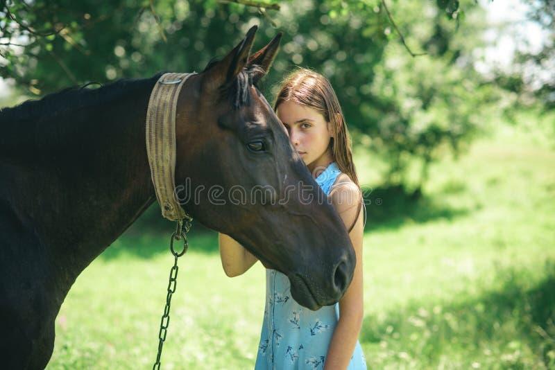 Le cadeau de l'amitié Jolie fille au ranch de cheval Propriétaire adorable de cheval avec son animal familier Fabrication des ami photos libres de droits