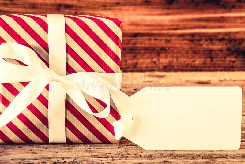 Le cadeau de Noël, copient l'espace pour la publicité, Backgorund en bois photographie stock