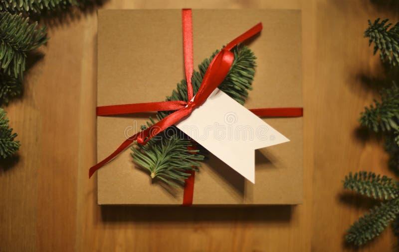 Le cadeau de Noël s'est étendu sur un fond en bois de table photos stock