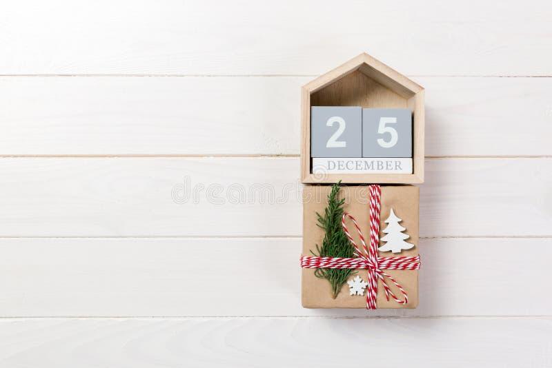 Le cadeau de Noël, sapin s'embranche sur le fond blanc en bois Copiez l'espace, vue supérieure photographie stock
