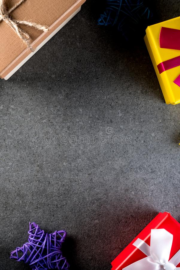 Le cadeau et les jouets de Noël sur le vieux rétro style de vintage donnent au fond une consistance rugueuse L'espace vide de cop photos libres de droits