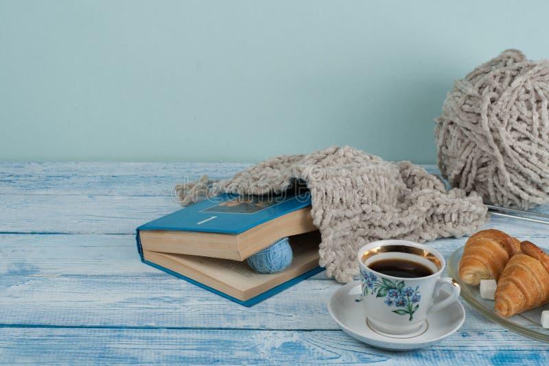 Le cadeau fait main de tricotage, mère, père, Saint Valentin, l'hiver, tas de la boule colorée de laine, écharpe pour le jour fro photographie stock libre de droits
