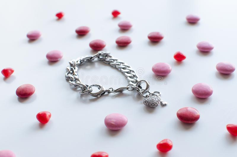 Le cadeau parfait de valentines pour elle un bracelet brillant avec le chocol images libres de droits